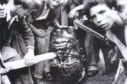 Habitantes destruyen una estatua de Mussolini en Roma