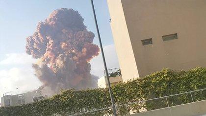 Una columna de humo se eleva luego de la explosión (Reuters)