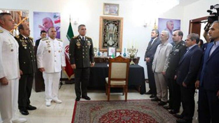 Vladimir Padrino López y otros militares en el homenaje a Soleimani en la embajada iraní en Caracas (@ReporteYa)