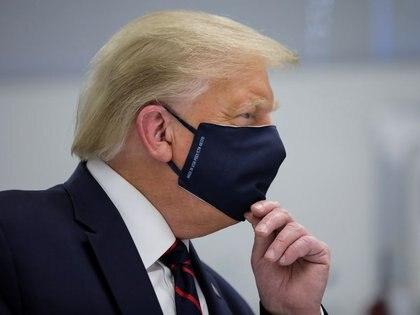 El presidente de Estados Unidos, Donald Trump, con la boca y la nariz protegidas por una mascarilla durante una visita al Centro de Innovación de Fujifilm Diosynth Biotechnologies en Morrrisville, Carolina del Norte, Estados Unidos, el 27 de julio de 2020. REUTERS/Carlos Barria