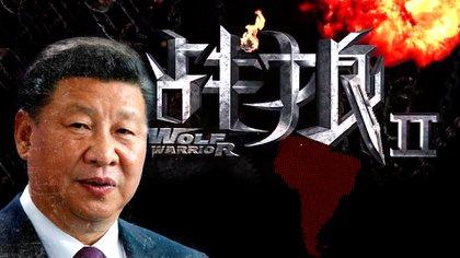 """Xi Jinping, presidente de China. Detrás, el póster promocional de la película """"Wolf Warrior 2"""", un film del estilo """"Rambo"""" que promociona la fortaleza del país (Infobae)"""