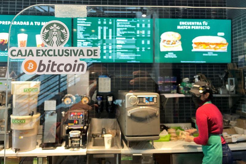 """Una """"caja exclusiva de bitcoin"""" en un Starbucks en El Salvador, que adoptó al bitcoin como moneda de curso forzoso (Reuters)"""