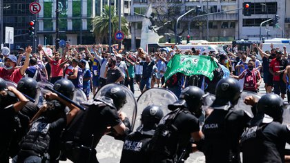 Se desataron serios incidentes y enfrentamientos entre la policía y quienes fueron a despedir al ídolo. Hubo balas de goma y piedra (Franco Fafasuli)