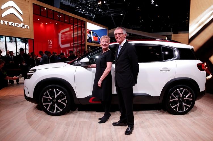 La CEO of Citroen Linda Jackson junto al CEO de PSA Carlos Tavares durante el salón del automóvil de París de 2018 (REUTERS/Benoit Tessier)