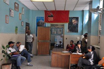 Una bandera del Partido Comunista en una oficina de La Habana. Foto Archivo