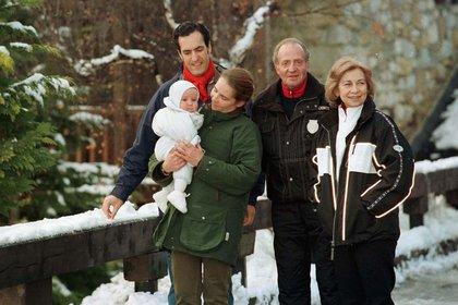 Juan Carlos junto a la reina Sofía, su hija Elena y Jaime de Marichalar en un centro de ski en España en 1999 (Shutterstock)