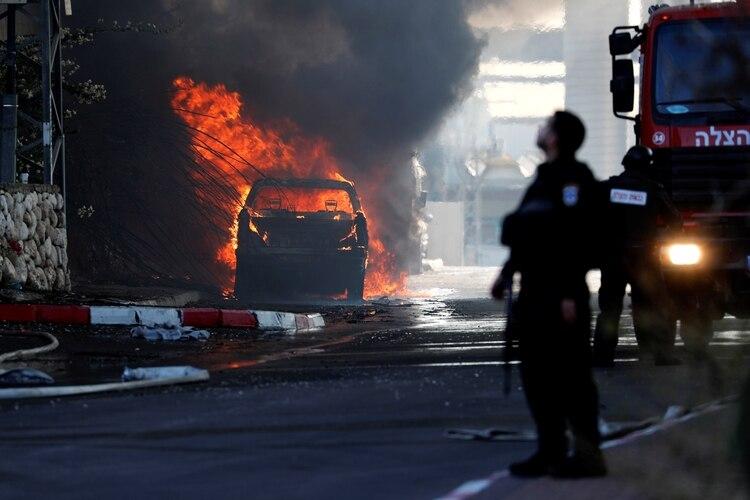 Un vehículo arde después de que una fábrica alcanzada por un cohete lanzado desde Gaza se incendiara en Sderot, al sur de Israel, el 12 de noviembre de 2019 (REUTERS/Ammar Awad)