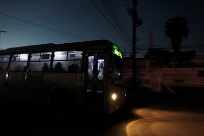 A public transport bus is seen during a blackout in Monterrey (Photo: REUTERS / Daniel Becerril)