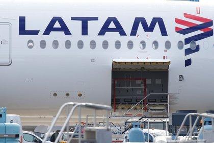 FOTO DE ARCHIVO: El logo de LATAM Airlines en el fuselaje de un avión Airbus en Colomiers, cerca de Toulouse, Francia, el 6 de noviembre de 2018. REUTERS/Regis Duvignau