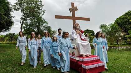 Inri Cristo transportado por algunos de sus discípulos (Jonas Bendiksen/National Geographic)