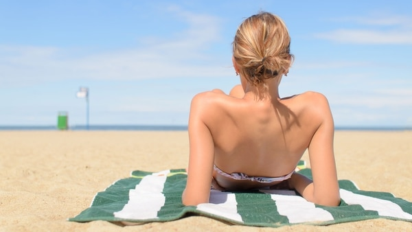 """""""A mayor exposición al sol, mayor riesgo. Los rayos UV dañan el ADN, nuestra información genética"""" (Getty Images)"""