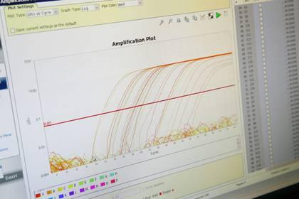 Científicos en Lausane, Suiza, analizan la curvatura de contagios en el país helvético - REUTERS/Denis Balibouse