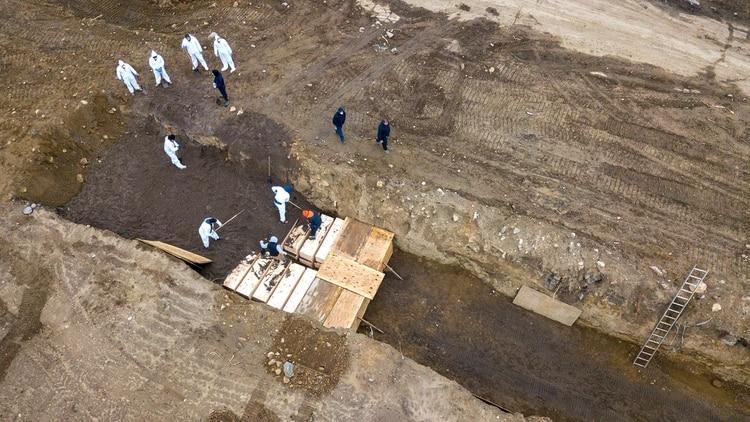Las funerarias no dan abasto para los pedidos de los familiares de los fallecidos (Reuters)