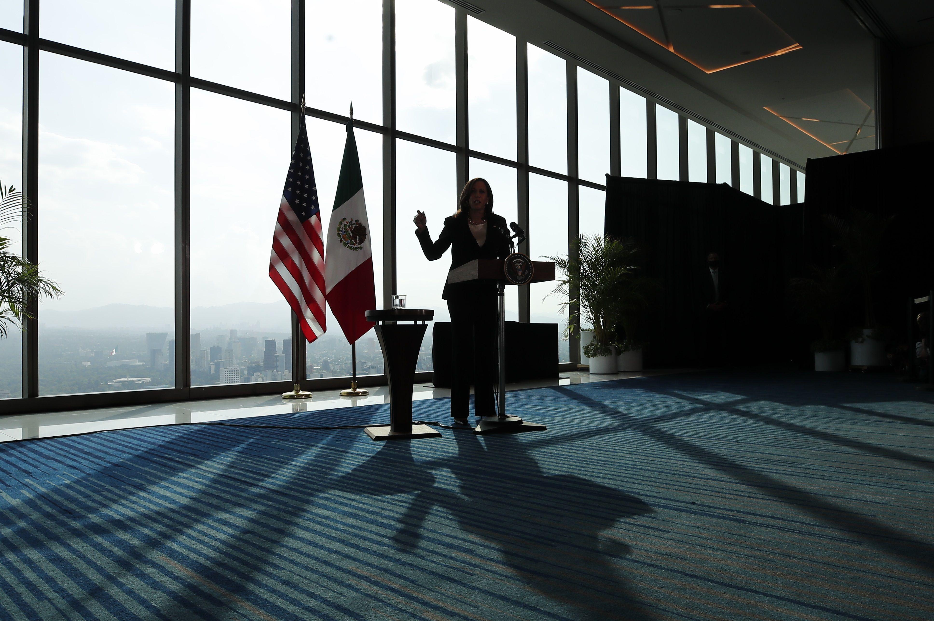 La vicepresidenta de Estados Unidos, Kamala Harris, ofrece una conferencia de prensa en Ciudad de México (México). EFE/ José Méndez