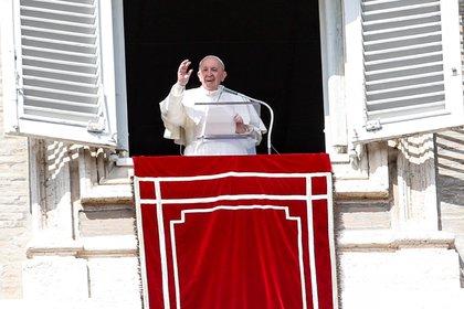 El papa Francisco en el rezo dominical del Angelus, que celebró ante los fieles asomado a la plaza de San Pedro desde el palacio pontificio. EFE/EPA/FABIO FRUSTACI
