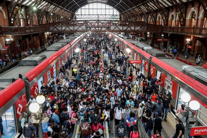 Decenas de pasajeros desembarcan del tren en la estación Luz en el centro de Sao Paulo (Brasil). EFE/ Sebastião Moreira/Archivo