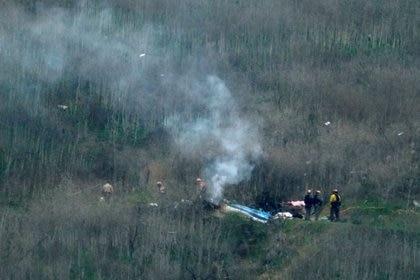 Oficiales de la ley investigaron la escena del accidente de helicóptero que mató a la estrella Kobe Bryant en Calabasas - REUTERS/Ringo Chiu