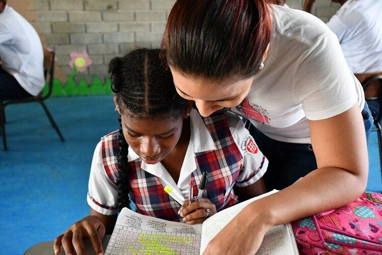 Originalmente Fe y Alegría se centró en escolaridad primaria, pero distintos desafíos sociales y políticos hicieron que la red se adapte no sólo a estudios secundarios y práctica laboral sino a mitigar la violencia y combatir el hambre.