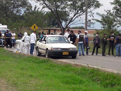 Juliana Giraldo viajaba con su pareja y otras dos personas en este auto blanco cuando una bala disparada por un soldado del ejército la golpeó en la cabeza y acabó con su vida.