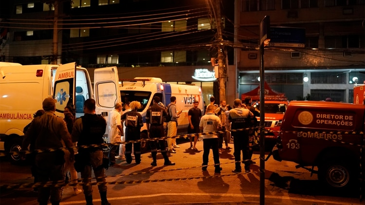 Dos ambulancias preparadas para el traslado de pacientes (AP Photo/Leo Correa)