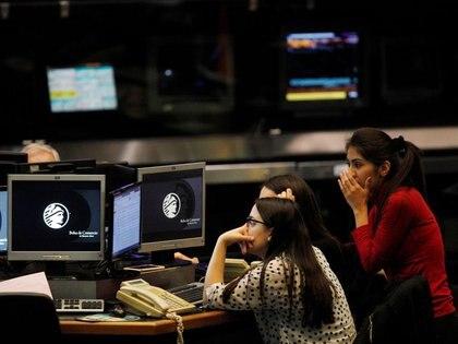 FOTO DE ARCHIVO. Operadoras trabajan en la Bolsa de Buenos Aires, Argentina. 19 de junio de 2018. REUTERS/Martín Acosta