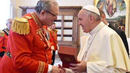 El Gran Maestre de la Orden de Malta Matthew Festing saluda al papa Francisco. Sonrisas que disimulan la tensión (AP)