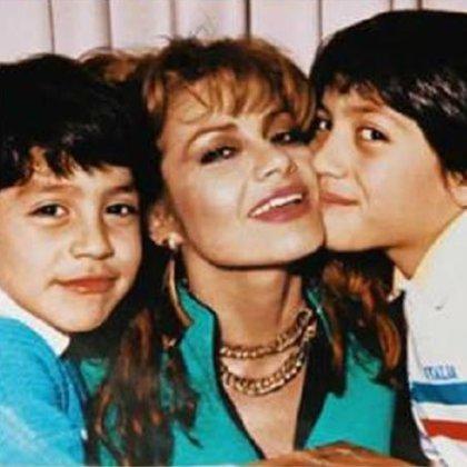Con sus hijos fue parte de una sesión de fotos, en la imagen con García Harfuch (FB: María Sorté Oficial)