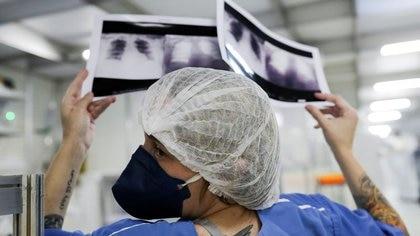 Los exámenes médicos han cambiado debido a la irrupción de la pandemia - REUTERS/Amanda Perobelli