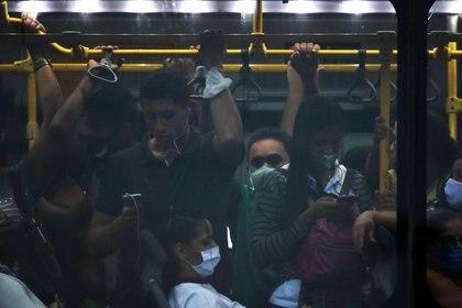 IMAGEN DE ARCHIVO. Pasajeros viajan en un bus del transporte público en medio del brote de coronavirus, en Río de Janeiro, Brasil, Noviembre 18, 2020.  REUTERS/Ricardo Moraes