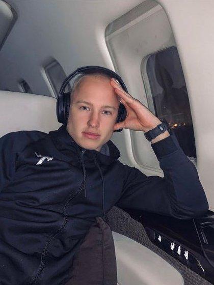 Nikita en su jet privado
