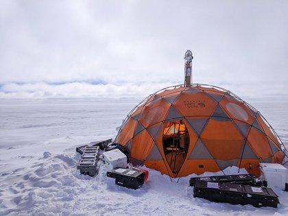 08/04/2021 Un prospector de vida para Encélado supera ensayos en Groenlandia.  Un prototipo de instrumento concebido para buscar vida microbiana en mundos con océanos bajo sus cortezas heladas ha sido probada con éxito en el frío extremo del hielo de Groenlandia.  POLITICA INVESTIGACIÓN Y TECNOLOGÍA NASA/JPL CALTECH