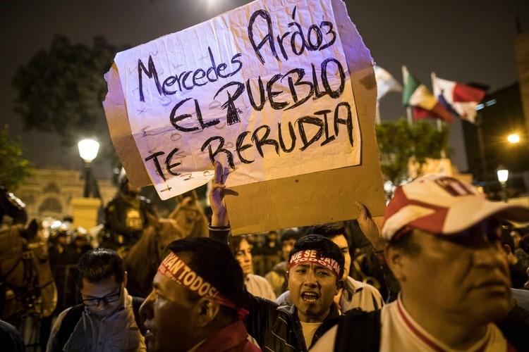 Aráoz fue una de las más criticas en las marchas que celebraron la disolución del parlamento (AP Photo/Rodrigo Abd)