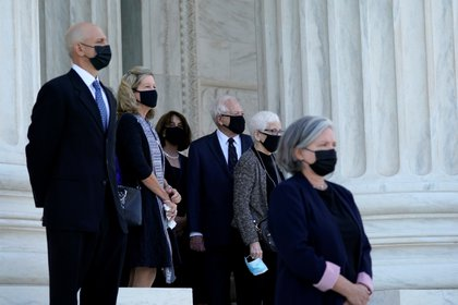 El ataúd cubierto con la bandera de la juez Ruth Bader Ginsburg llega a la Corte Suprema en Washington (Alex Brandon / Pool vía REUTERS)