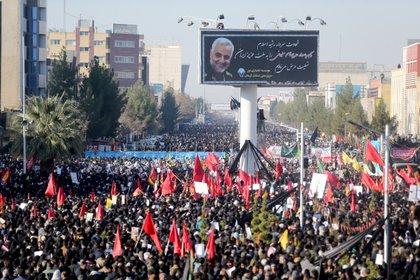 Miles de asistentes al funeral en Kermán (Reuters)
