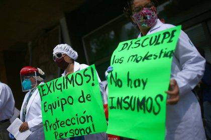 Trabajadores de la salud protestan y manifiestan falta de equipos de protección frente a las instalaciones del IMSS en la Ciudad de México Foto: (REUTERS/Edgard Garrido)
