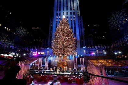 El árbol de Navidad del Rockefeller Center se ilumina en Nueva York (EE.UU.). EFE/Jason Szenes