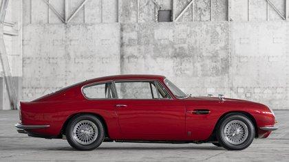 Aston Martin DB6 Vantage, con motor de 4 litros y 325 CV.
