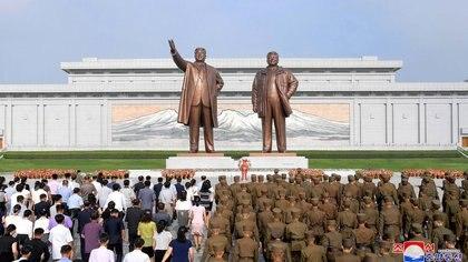La gente participa de un acto en Pyongyang, capital norcoreana (KCNA/via REUTERS)