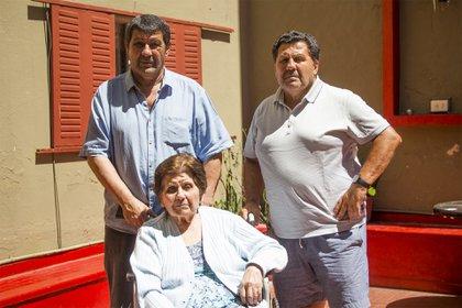 Delio con su madre y su hermano Alejandro Onnis, ídolo de Atlanta