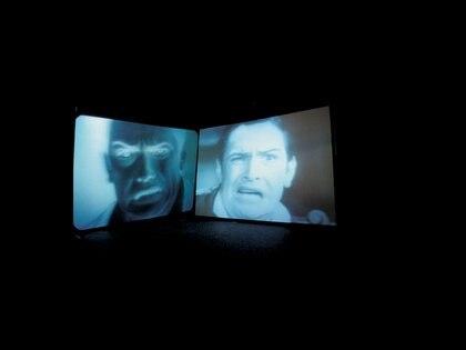 """Douglas Gordon, """"Confesiones de un pecador justificado"""",1995. Videoinstalación en blanco y negro, 25 min 48. © Douglas Gordon. Foto© Jean-Louis Losi"""