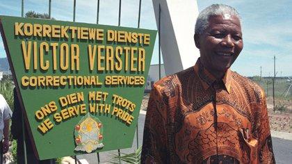 Mandela en la puerta de la Victor Verster Prision (Oryx Media Archive/Shutterstock)