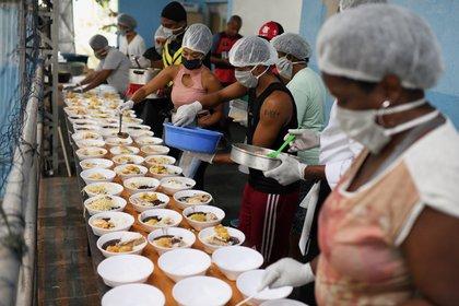 Un grupo de residentes de Chapeu Mangueira preparan comida para repartir entre los sin techo de Copacabana, Río de Janeiro, Brasil REUTERS/Lucas Landau