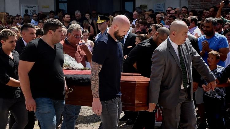 Horacio Sala, junto a familiares, amigos y ex compañeros de Emiliano Sala, trasladando el féretro (Nicolás Stulberg)