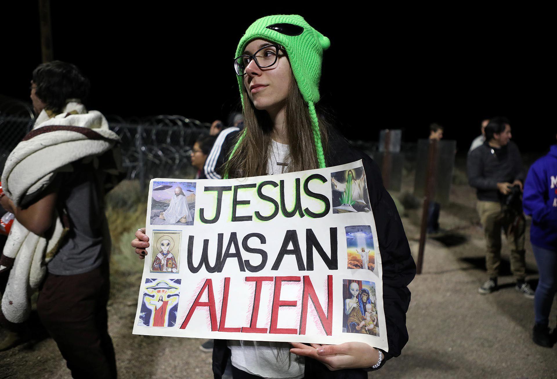 """""""Jesús era un alien"""", apuntó una joven que asistió al Alienstock (REUTERS/Jim Urquhart)"""