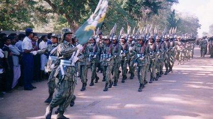 Desfile militar de una división femenina de los Tigres Tamiles en la ciudad de Killinochchi en 2002 (Wikipedia)