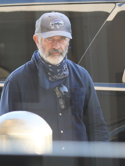 Día en familia. Mel Gibson se reencontró con sus seres queridos cuando llegó al aeropuerto de Los Ángeles. Llevaba puesta una camisa azul, una gorra y un pañuelo en su cuello que utilizó de tapabocas (Fotos: The Grosby Group)