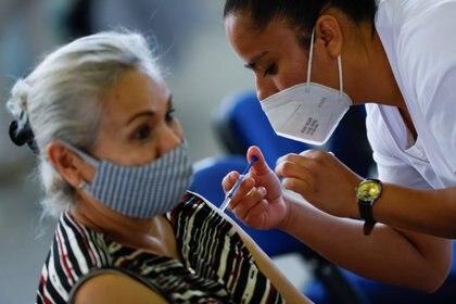 El segundo grupo objetivo de vacunación contra COVID-19 en México son las personas mayores de 60 años (Foto: Reuters / Carlos Jasso)
