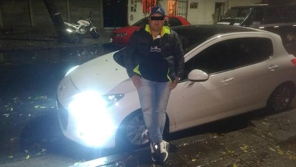 Ever Brizuela posa en su perfil de Facebook con el Peugeot 308 involucrado en la muerte de Espíndola.