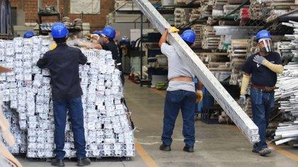 Empleados de la fábrica de Aluminio, durante una jornada de trabajo, el 3 de junio de 2020, en Ciudad de México Foto: EFE/José Pazos