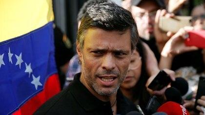 Leopoldo López habla a la prensa en Caracas, Venezuela, el 2 de mayo de 2019  (REUTERS/Manaure Quintero/Archivo)